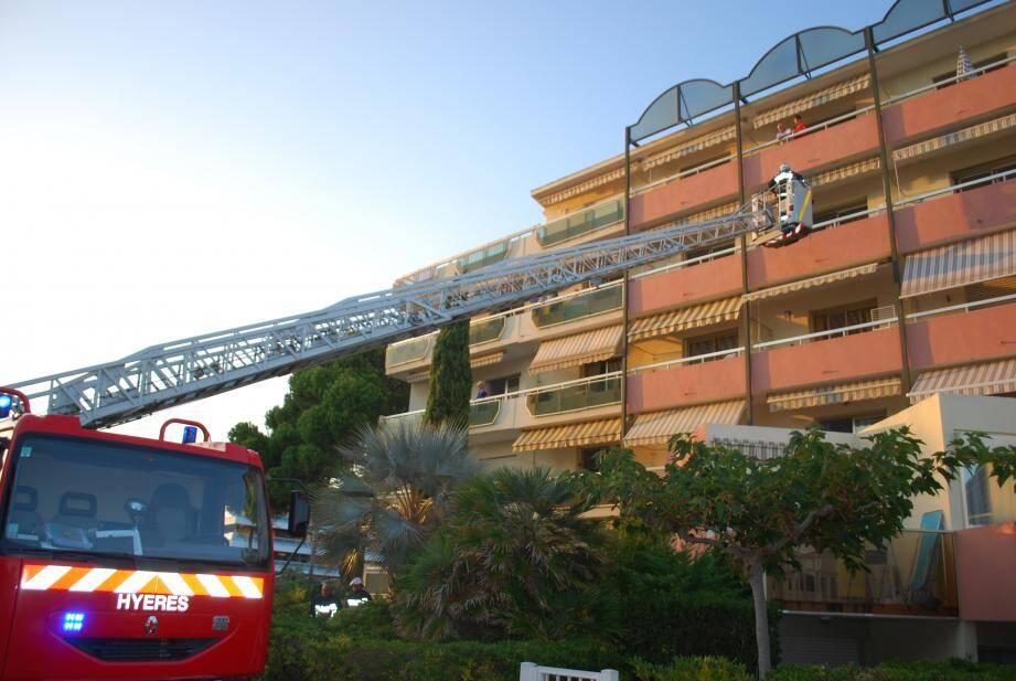 Deux occupants de la résidence Le Beach du Lavandou évacués hier vers 19h30 par la grande échelle des pompiers lors de l'incendie qui s'est déclaré vers 18h40 au centre ville.