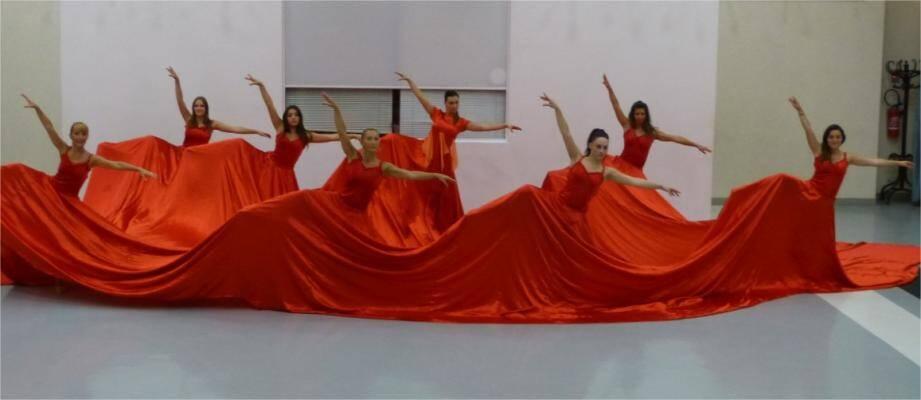 La robe de 80 m² dans laquelle le groupe de huit filles est fier de représenter le village de Saint-Zacharie.