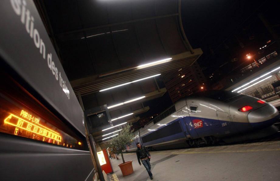 Un TGV en gare de Toulon la nuit