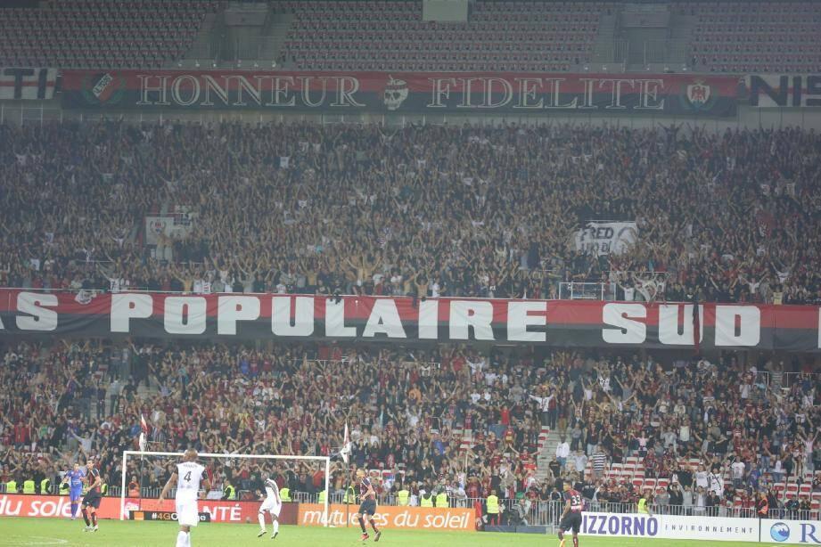 La nouvelle bâche «Ultras populaire Sud» est désormais chez elle à l'Allianz Riviera.