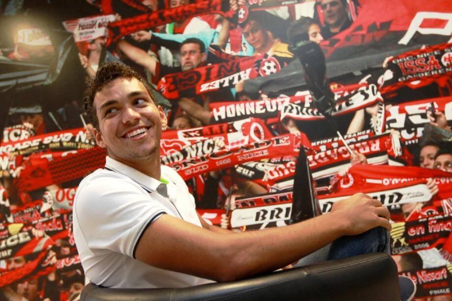 Carlos Eduardo dans un fauteuil. Il a donné la victoire dans le derby et Nice l'a déjà adopté.