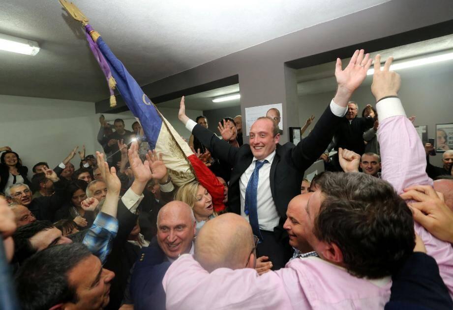 Le 30 mars, Laurent Marcangeli est porté en triomphe. Il devance le maire sortant avec 281 voix.