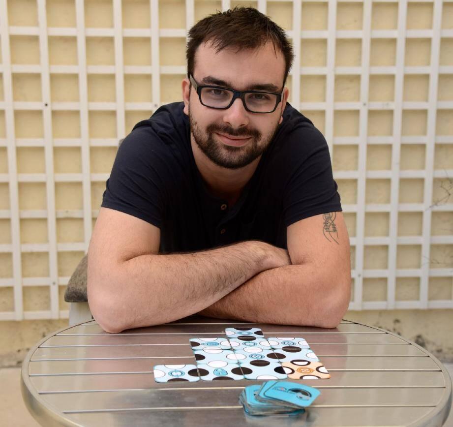 Jonathan Bizet, l'un des trois créateurs, vous présente Masterline , un jeu de stratégie proche du Uno qui se joue à deux.