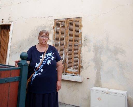 Hélène Richard devant la maison qu'elle a achetée à Saint-Mandrier.