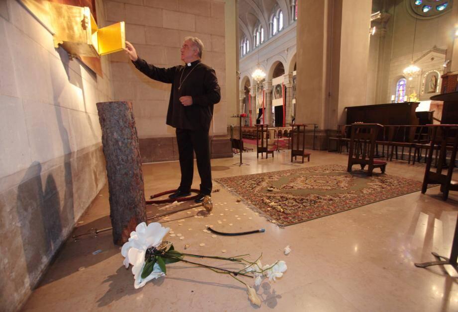 Le père Gil Florini n'a pu que constater les dégâts, hier matin.