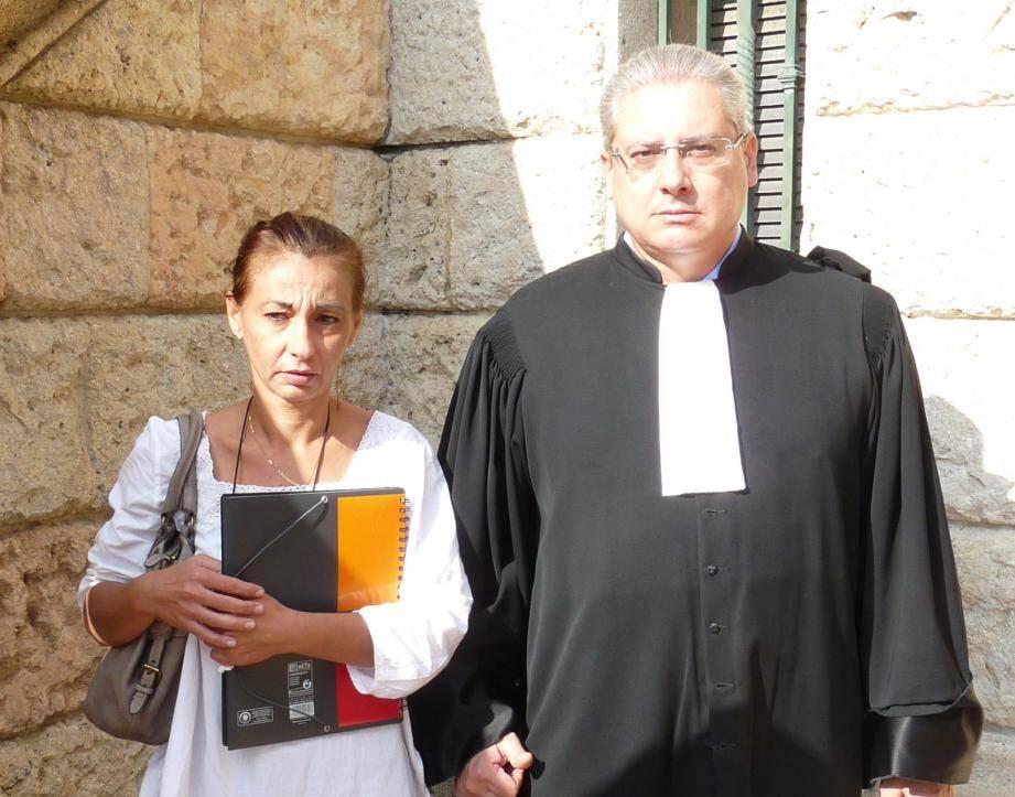 Lydie Fabre-Perruquetti, ici avec son avocat Me Licari, a travaillé pendant dix ans dans la fonction publique, enchaînant les CDD. Elle réclame réparation.