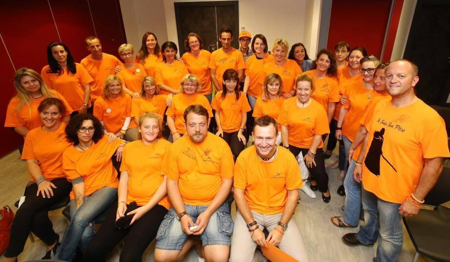 """Denis Maccario (à droite) et son armée de bénévoles en orange ont collecté 15.000 euros lors de leur opération """"Trot'n Roll""""."""