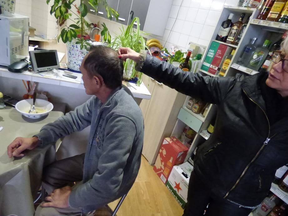 L'épouse de Tao Van, Veronica, montre l'endroit où les coups ont été portés.Le commerçant fragile, opéré de la hanche, a également été poussé à terre et a reçu un coup au menton.