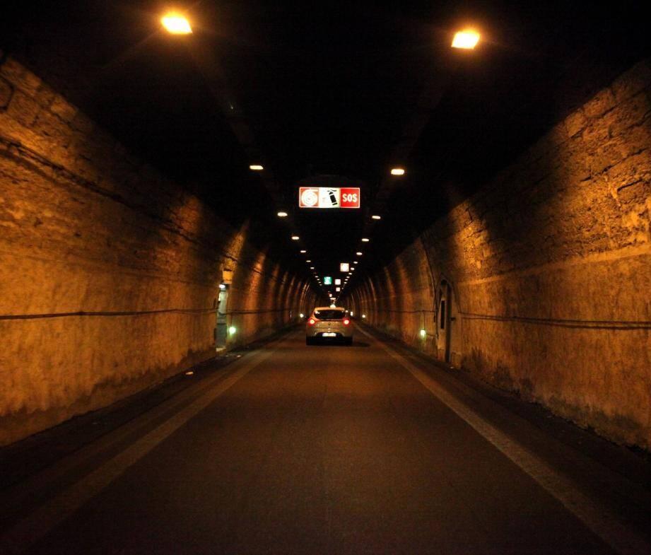 Le déblaiement nécessaire à la réouverture à la circulation devrait s'achever sous 48 heures dans cet ouvrage vétuste qui relie la France à l'Italie.