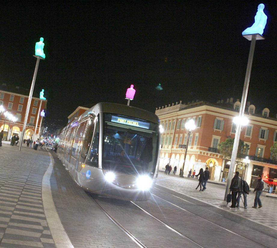 Un homme de 19 ans a reçu un coup de couteau dans la nuit de samedi à dimanche à Nice, dans une rame de tramway. Cinq personnes ont été interpellées.