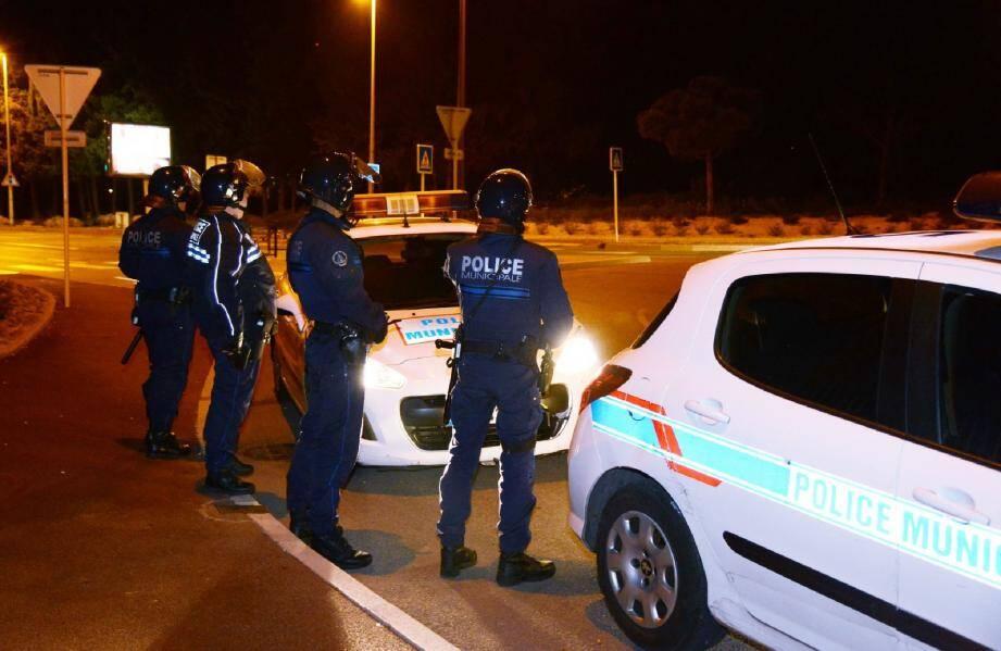 Une voiture a été retournée et incendiée à La Bocca sous les yeux de son propriétaire handicapé. Des policiers ont également été pris à partie.