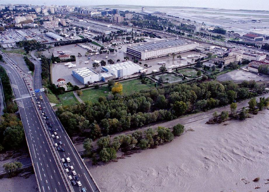 Le MIN et le centre administratif sous les eaux du fleuve. Des axes de circulation coupés. Pour les Niçois, l'une des pires journées provoquées par des pluies diluviennes, le 6 novembre 1994.