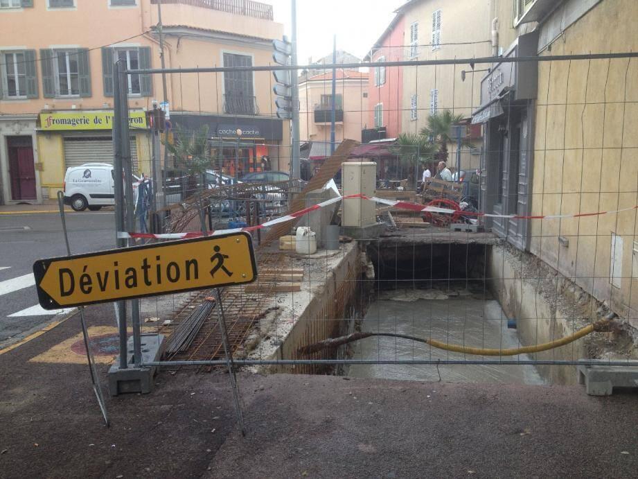 Avenue de l'Hôtel-de-Ville, des travaux en cours pour la réfection du conduit d'écoulement des eaux.