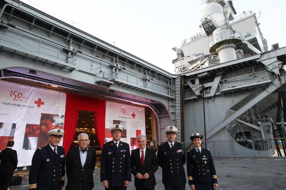 La Croix-Rouge Française invitée à bord du Charles-de-Gaulle , ou « le croisement de deux notoriétés », pour reprendre l'expression du capitaine de vaisseau Pierre Vandier, commandant du porte-avions nucléaire.