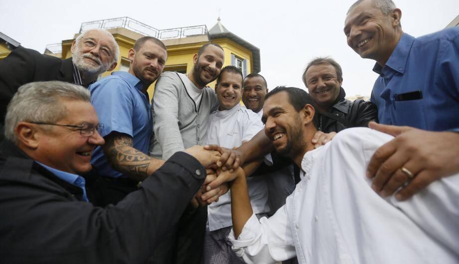 Devant la Maison des traminots, les agents font corps autour de Karim Zaouai (au centre, en sweat gris), l'heureux bénéficiaire de cette collecte providentielle.
