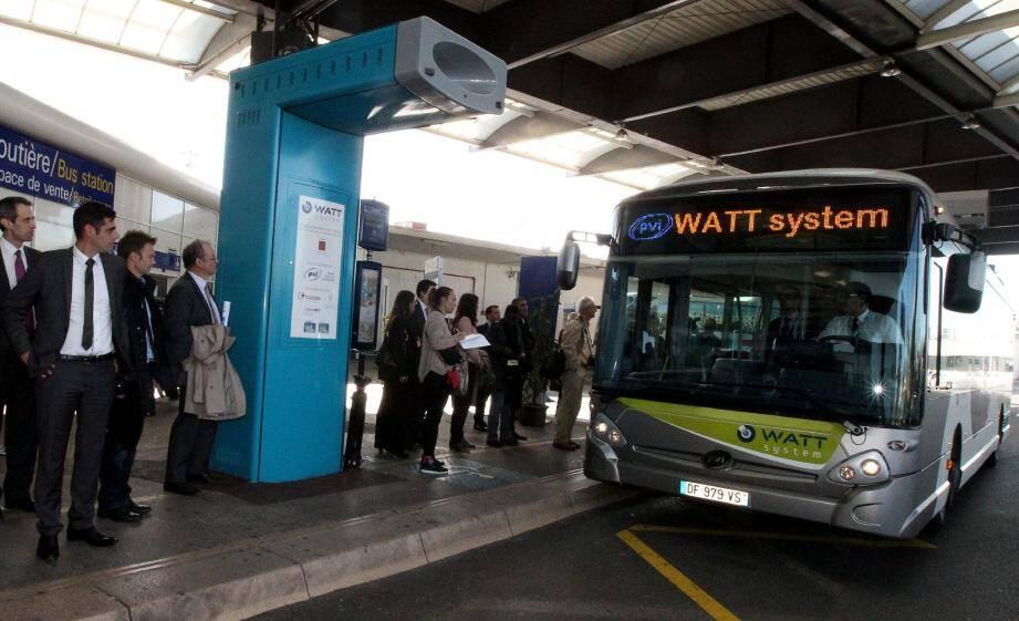 Le totem bleu permet au bus de recharger ses batteries, via un bras télescopique situé sur le toit du car.