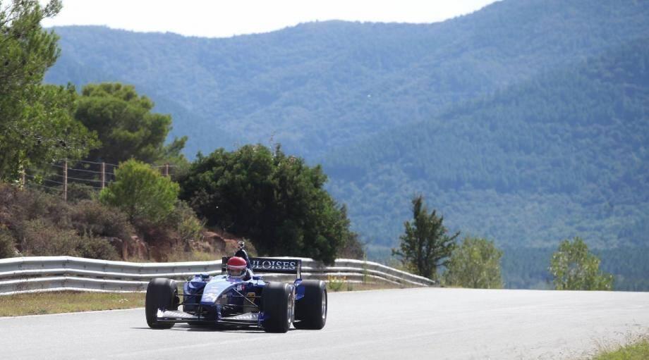 Quatre tours du circuit du Luc au volant de la Prost AP02-Cosworth (650 chevaux), c'est du brutal !