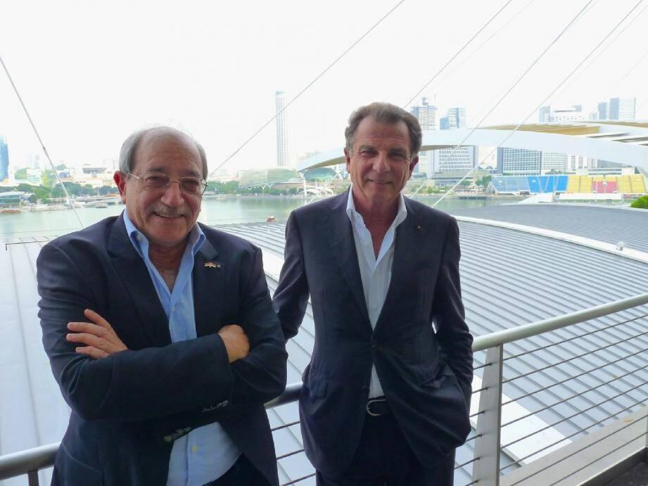 Ruchdi Hajjar et Michel Dotta, respectivement directeur général et président de la commission « Médias » de l'ACM, devant les tribunes du circuit du Grand Prix de Singapour.