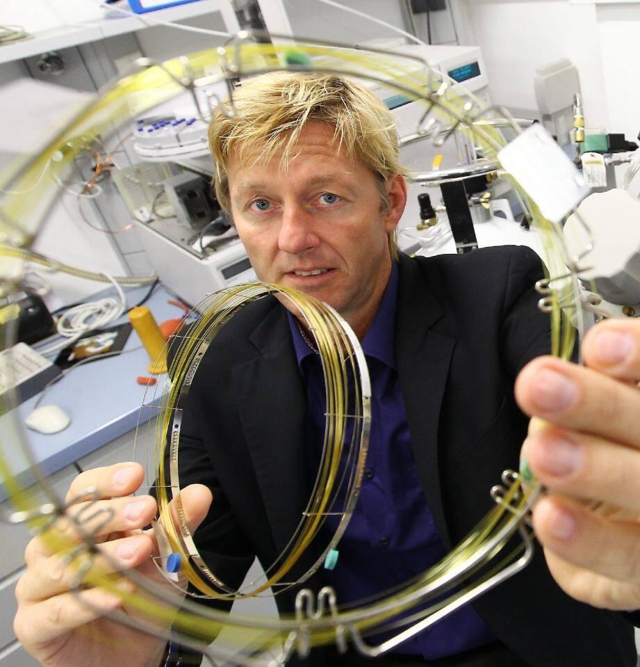 """Les """"colonnes capillaires"""" du Pr Meierhenrich, de l'université de Nice, vont permettre d'analyser les molécules qui composent le noyau cométaire."""