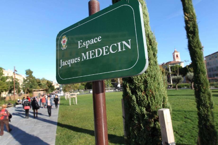 Au cœur de la Coulée verte, une plaque hommage à Jacques Médecin qui fait couler beaucoup d'encre...