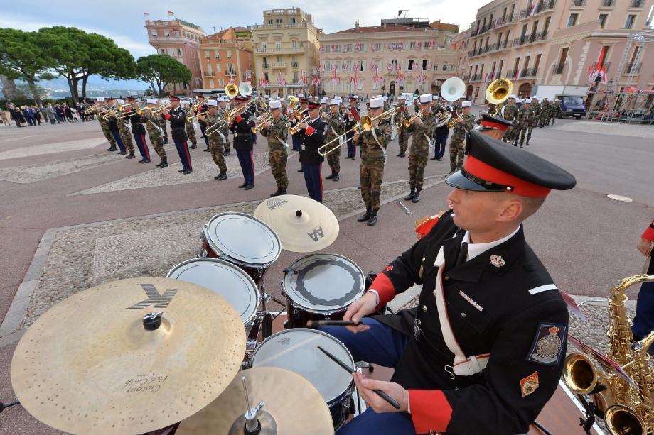 Répétition générale, hier matin sur la place du Palais, et premiers accords entre les carabiniers et les militaires de la Légion.