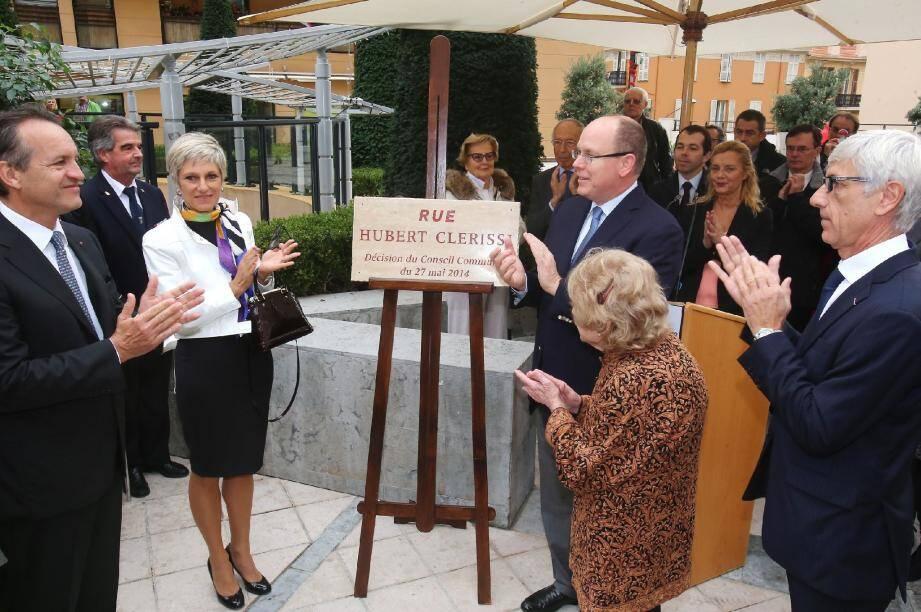 Le prince Albert II a dévoilé la plaque portant désormais le nom de « rue Hubert-Clerissi ».