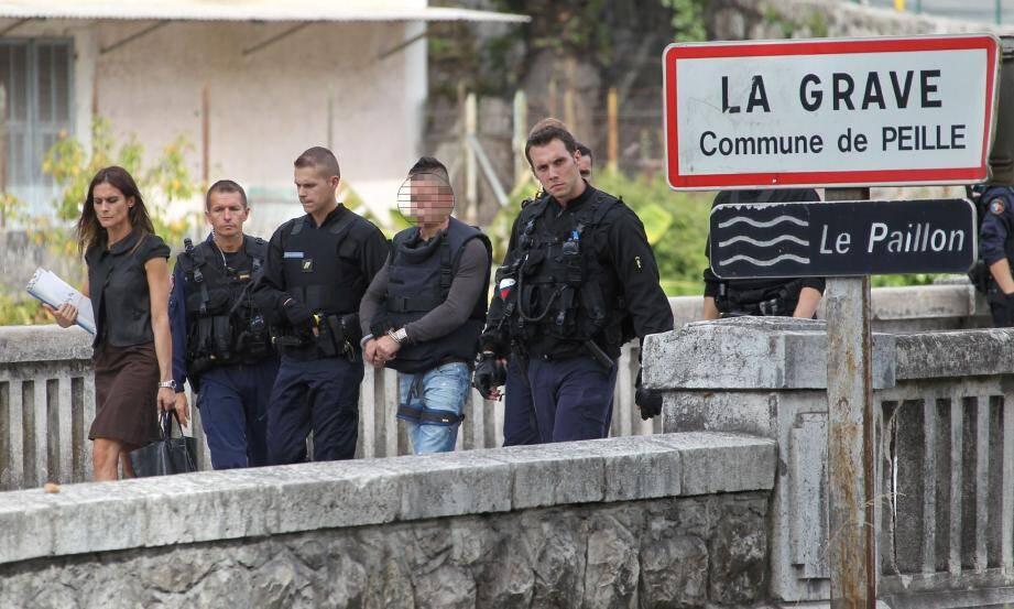 Le suspect pendant la reconstitution à la Grave-de-Peille.
