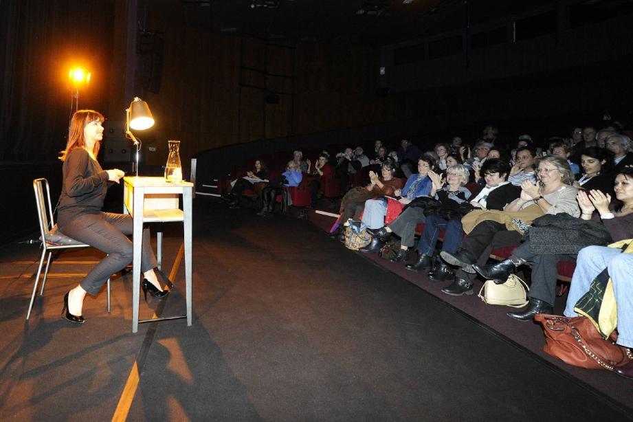 Chacun avait pour seuls accessoires une table, une chaise et une lampe. Ici Mathilda May, dans la grande salle du théâtre de Grasse.