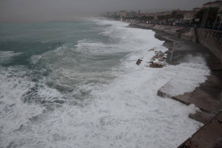 Le bord de mer à Nice mardi soir.