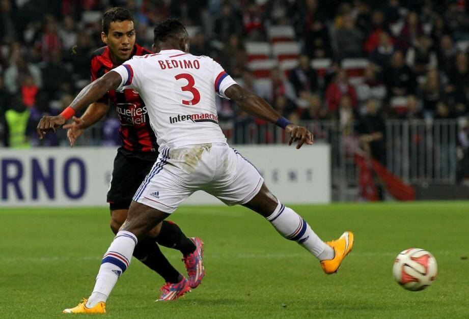 Eduardo bloqué par Bedimo, symbole d'un OGC Nice à l'arrêt contre Lyon.