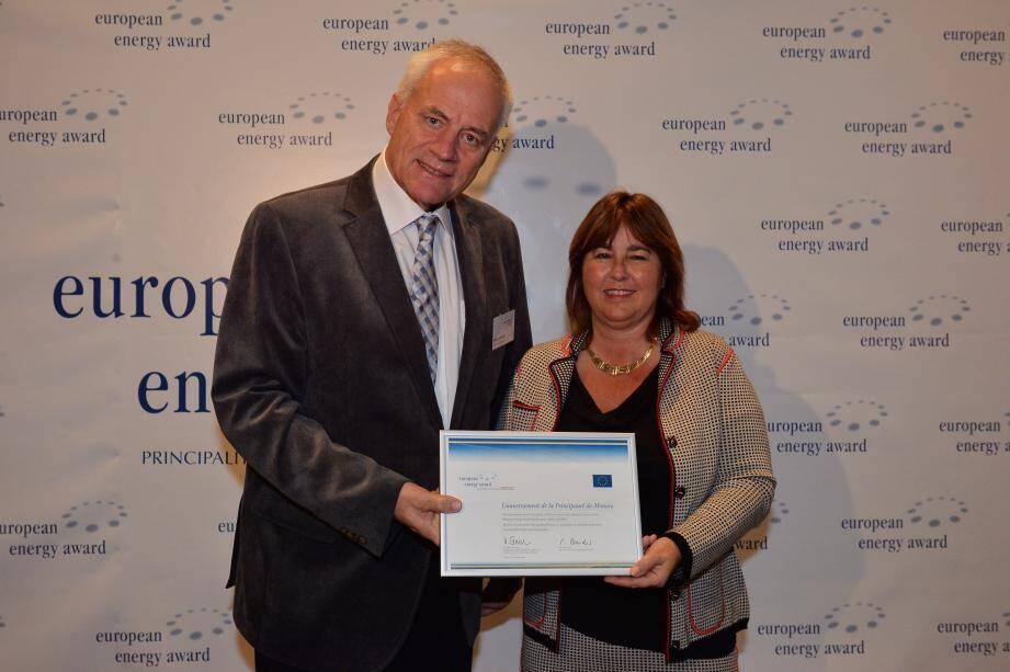 Walter Steinmann, président de l'European Energy Award, a remis le label à Marie-Pierre Gramaglia,conseiller de gouvernement pour l'Équipement, l'Environnement et l'Urbanisme.
