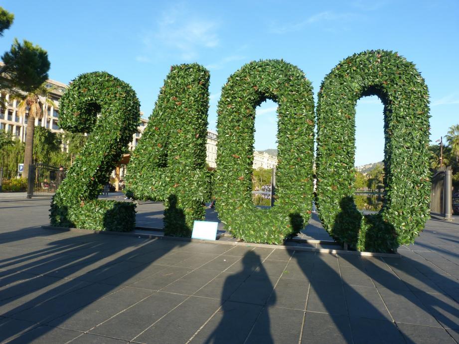 Ces drôles de chiffres géants ont été installés ce vendredi matin sur la place Masséna, à Nice.