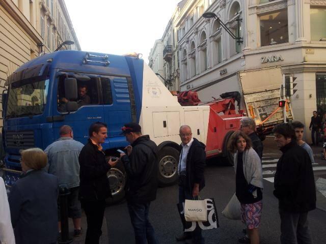 rue d'antibes bloquee par un camion et une depanneuse à cannes 141101
