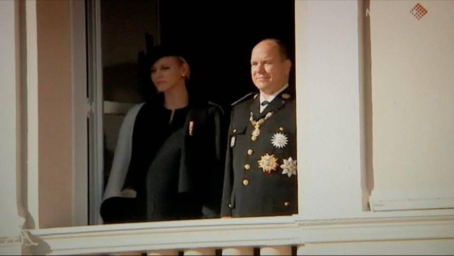 Le souverain Albert II de Monaco et la princesse Charlène au balcon princier