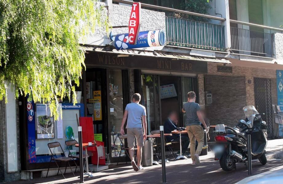 Deux individus ont braqué ce bar-tabac boulevard Wilson à Antibes.Si le patron a réussi à mettre les braqueurs en fuite, ces derniers ont attaqué deux stations-service.