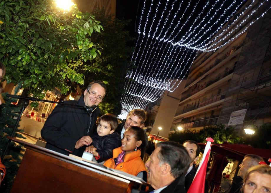 Le maire Georges Marsan a donné le coup d'envoi des illuminations en allumant le voile de 38.000 LED qui couvre la rue Princesse-Caroline.