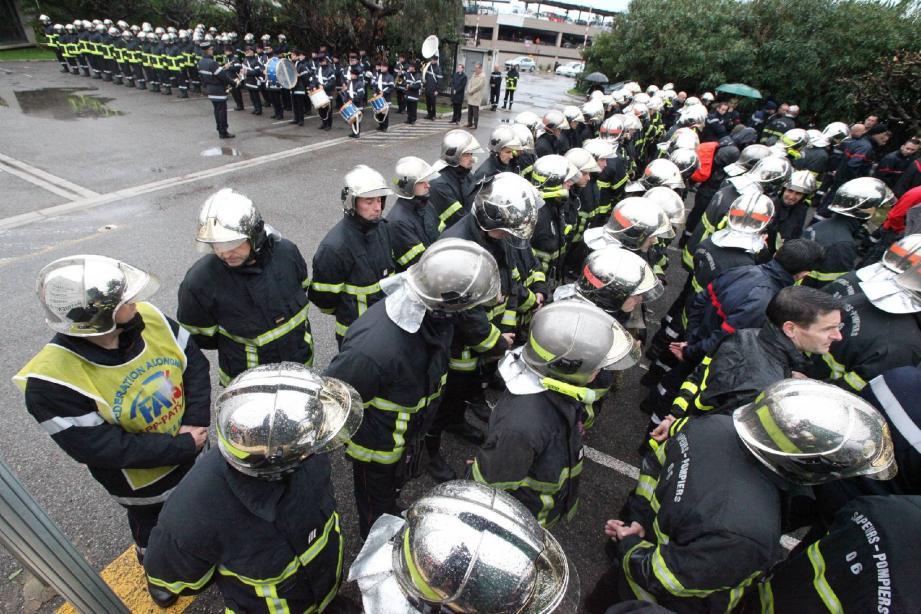 Un contingent de pompiers a tourné le dos au représentant de l'É tat alors qu'il lisait le message du ministre de l'Intérieur.