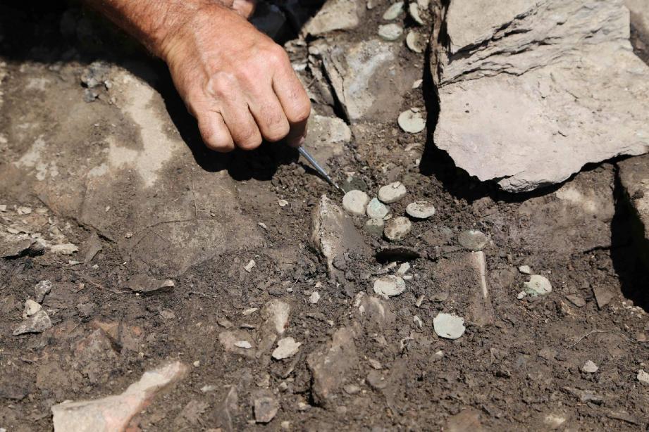 Les 41 pièces de bronze avaient glissé dans les interstices du mur d'enceinte du sanctuaire.(DR)
