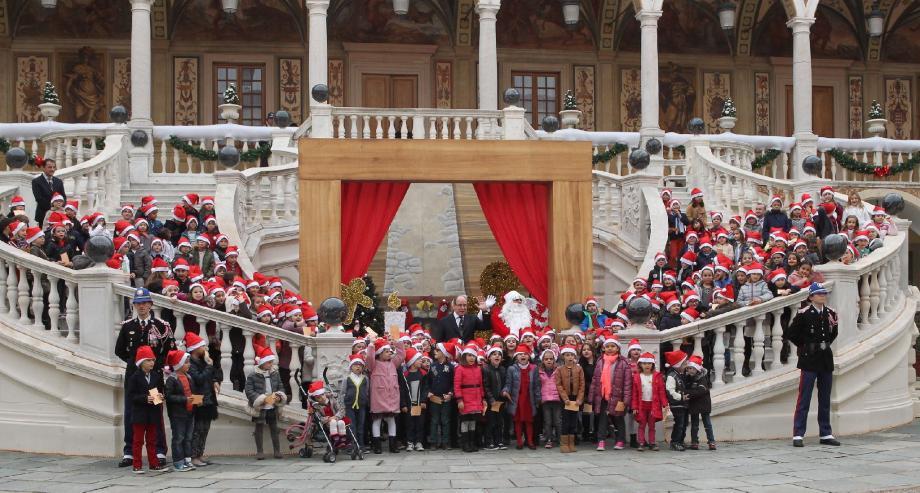 Chaque année, le palais offre une après-midi de fête aux petits Monégasques.