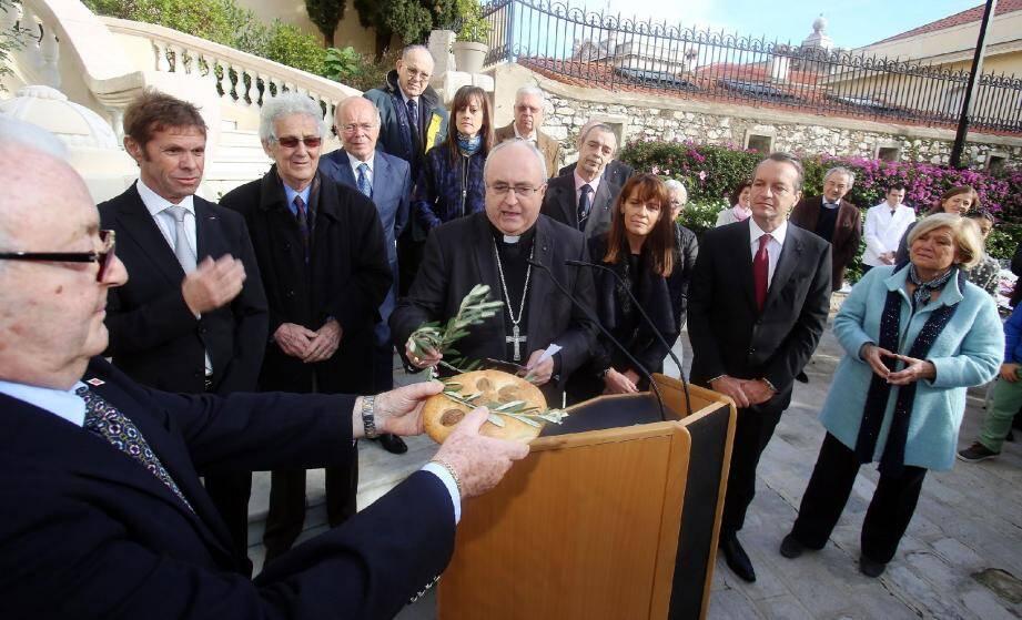 L'archevêque Mgr Barsi a béni le Pan de Natale que tient Alain Sangiorgio, le président du Comité des Traditions Monégasques sous le regard des élus et du maire Georges Marsan (à droite).