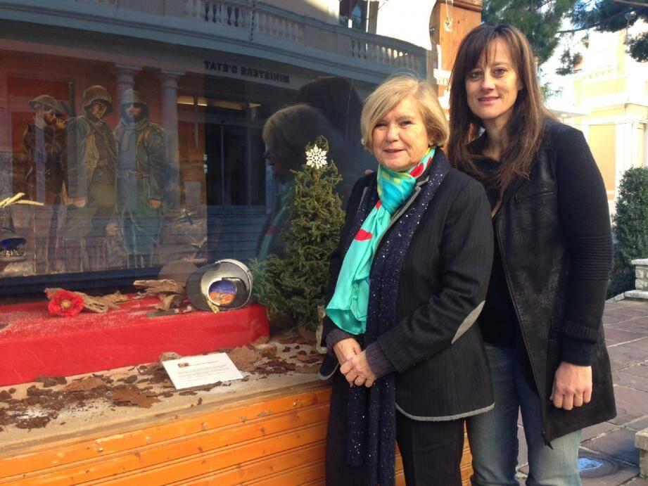 Fabienne Mourou et Fabienne Guenoun, présidente de l'Association du Rocher, devant les crèches installées en face du Ministère d'État.