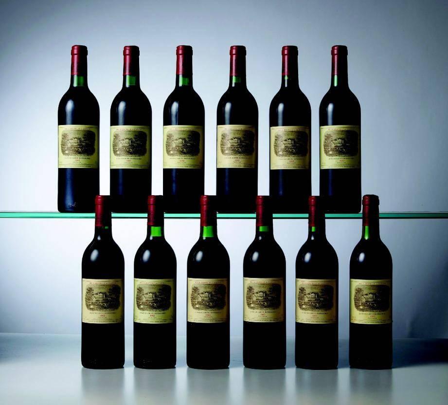 Parmi les lots, ce coffret de douze bouteilles de Château Lafite-Rothschild de 1982, estimé entre 20 000 et 22 000 euros, soit près de 1 800 euros la bouteille.
