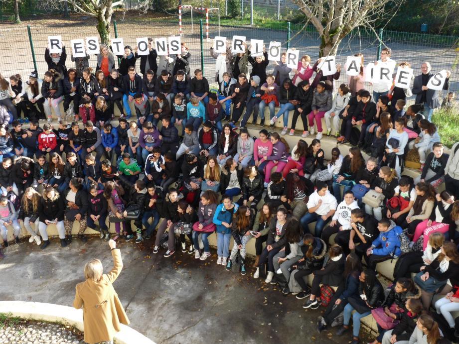 Des centaines d'élèves et leurs professeurs réunis hier dans l'amphithéâtre du collège.