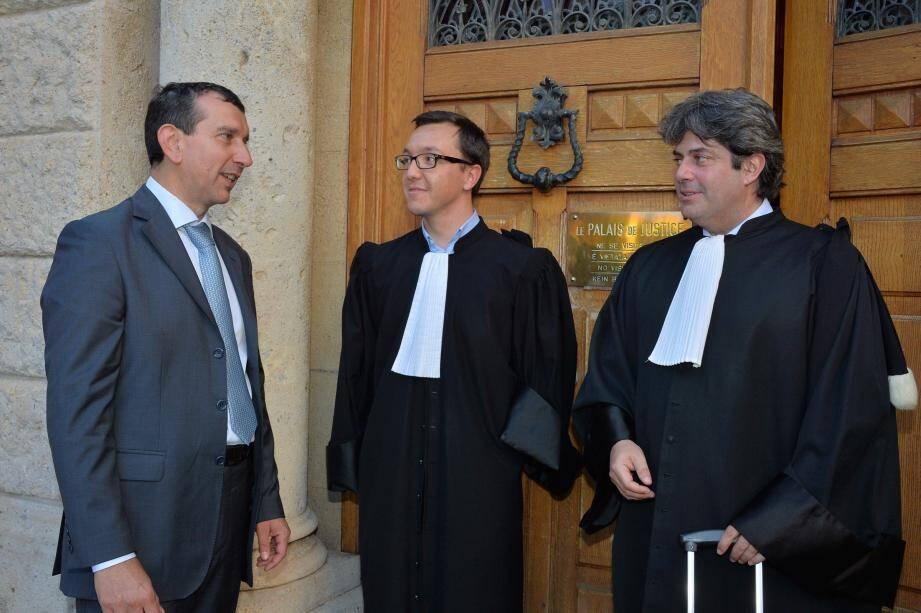 Jean-François Robillon entouré de ses avocats Olivier Marquet et Franck Michel (à droite) à la sortie de l'audience en juin dernier.