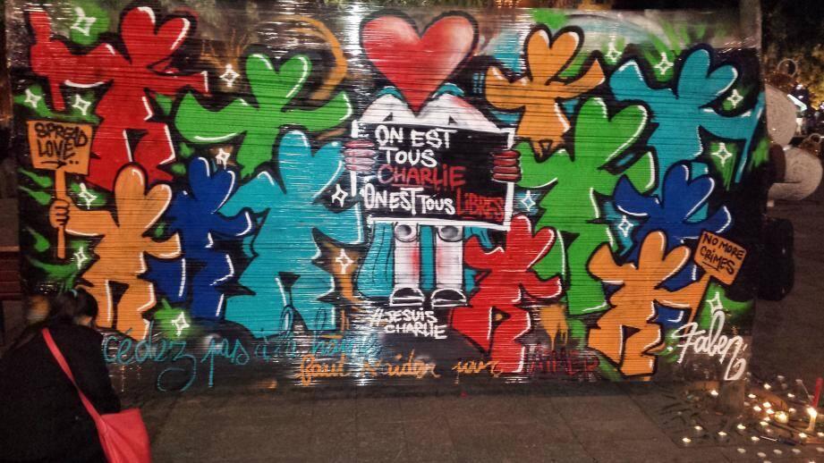 Hommage envers les victimes de l'attentat de l'artiste de rue Faben place Garibaldi, à Nice.