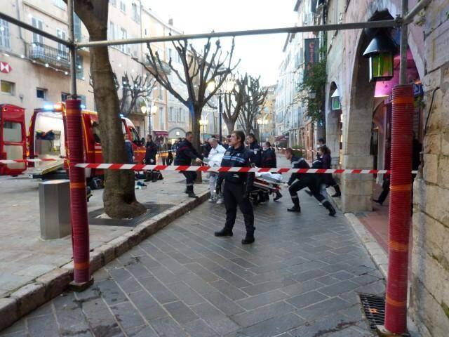 L'auteur des faits a été évacué sur une civière, pieds entravés, vers l'hôpital Saint-Roch, à Nice.