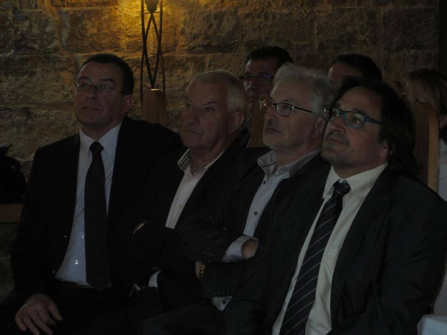 (De g. à d.) Jean Louis Dassonville, Paul Denis, conseiller général, Jean-Paul Perrot, directeur adjoint au Centre Hospitalier et Julien Lecuyer attentifs au débat.