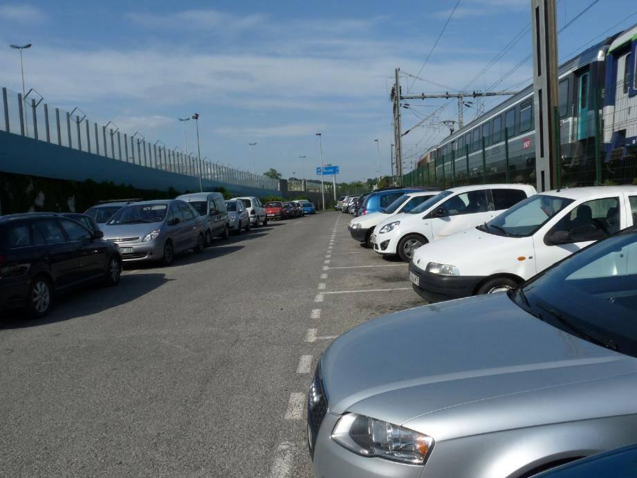 Racheté à Escota par la métropole NCA pour un montant de 40 000 euros, cet espace qui sert de « parking sauvage » devrait être aménagé très prochainement afin de matérialiser 74 places de stationnement pour les usagers du train.