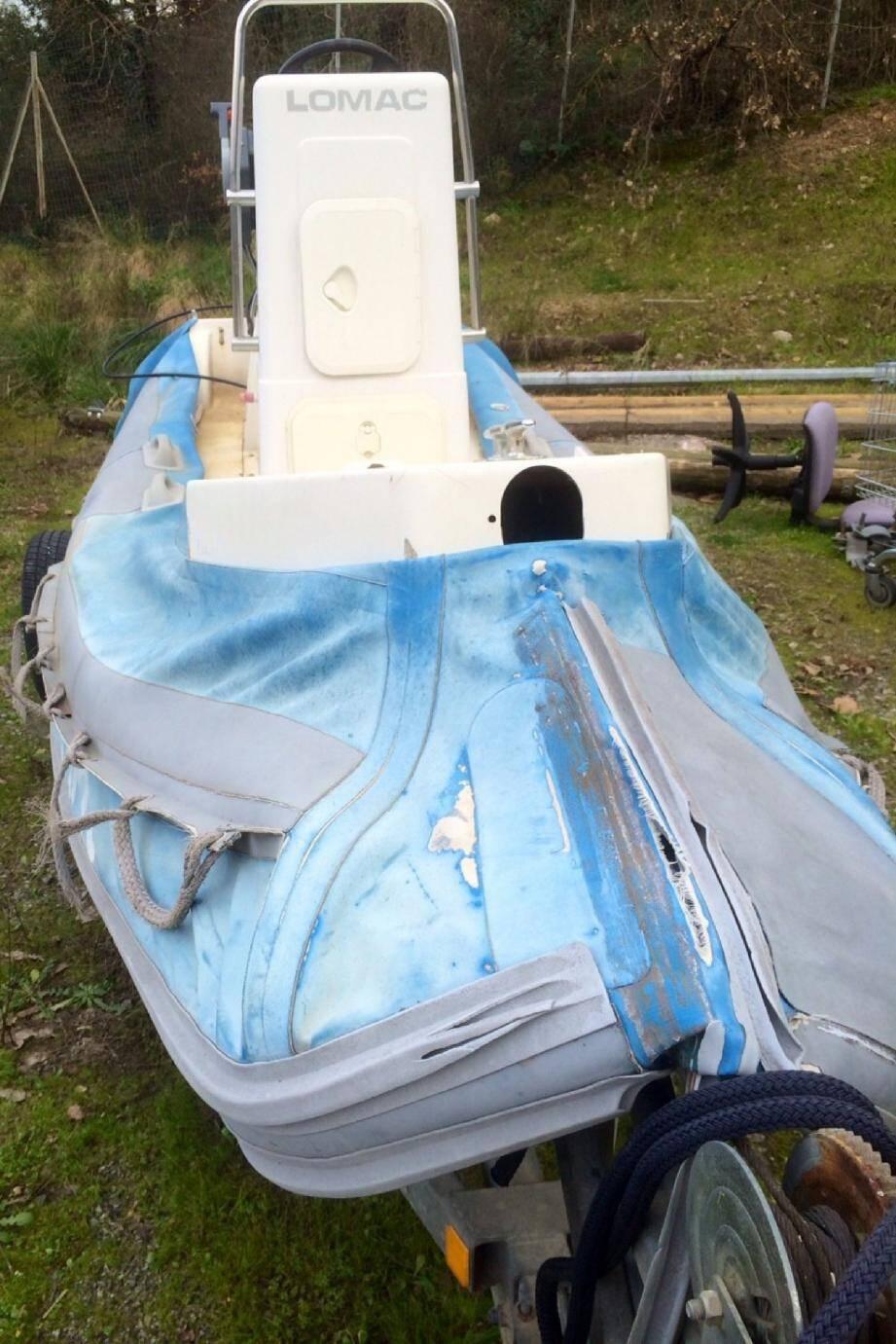 Les objets de la bisbille : ce bateau et sa remorque. « J'ai donné instruction de les emmener à la casse » , annonce le maire, qui prévoyait au départ de les donner à deux fonctionnaires. (DR)