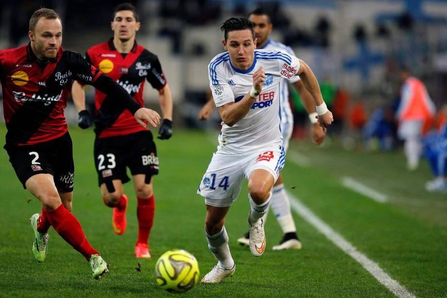 L'OM de Florian Thauvin s'accroche derrière Lyon .
